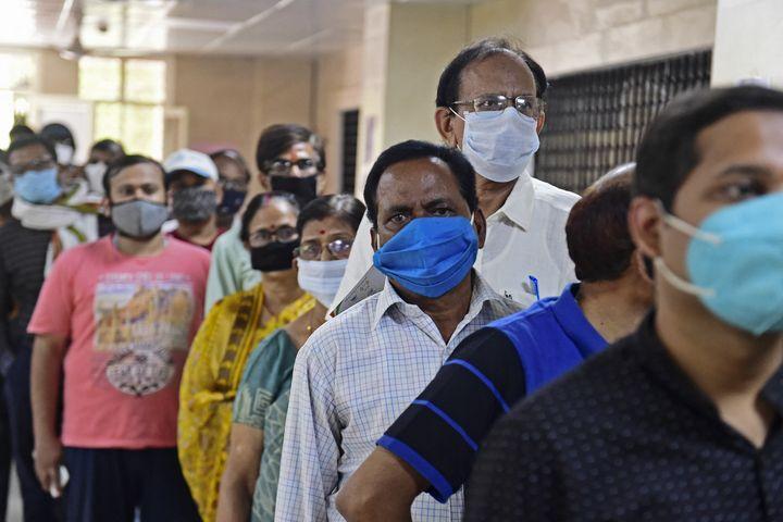 Une file d'attente pour recevoir une dose de vaccin Covishield (AstraZeneca), dans l'Etat de l'Uttar Pradesh, en Inde, le 9 avril 2021. (SANJAY KANOJIA / AFP)