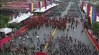 Des militaires rompent les rangs lors d'une cérémonie militaire le 4 août à Caracas (Vénézuela) (HO / VENEZUELAN TELEVISION (VTV) / AFP)