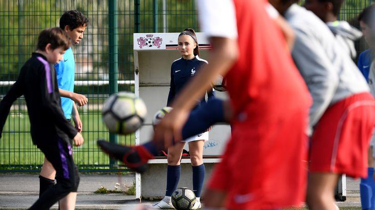 Une équipe de football composée de filles et de garçons, à Fleury-Mérogis (Essonne), le 20 mai 2019. (FRANCK FIFE / AFP)