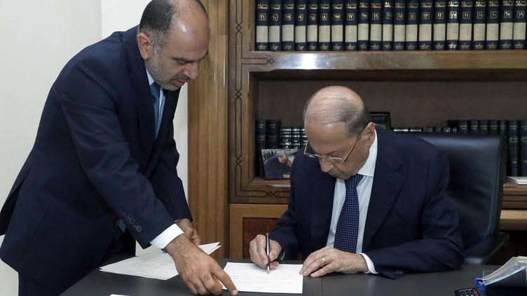 Le président libanais, Michel Aoun, signe le décret validant le nouveau gouvernement, le 10 septembre 2021, à Beyrouth. (STRINGER / AFP)