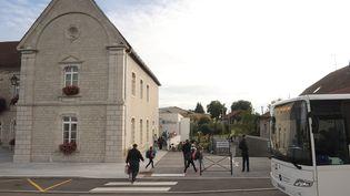 Devant l'école de de Mignovillard (Jura), le 4 septembre 2017. (PHILIPPE TRIAS / MAXPPP)