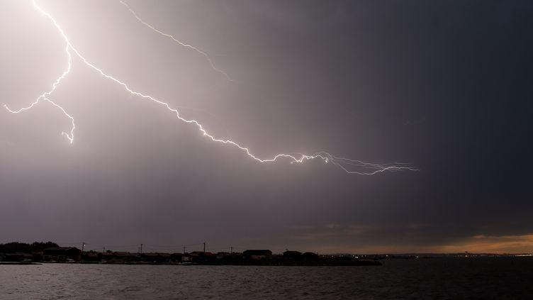 Un éclair dans le ciel du bassin d'Arcachon (Gironde), le 28 août 2018. (NICOLAS TUCAT / AFP)