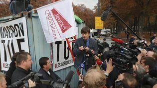 Le ministre de la Transition écologique, Nicolas Hulot, sur lesChamps-Elysées,à la rencontre d'agriculteursmécontents de l'interdiction programmée du glyphosate. (JACQUES DEMARTHON / AFP)