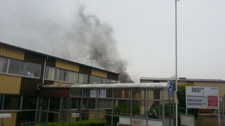Les salariés de l'usine GM&S onté allumé des feux dans des bacs en métal. (FRANCE BLEU CREUSE)