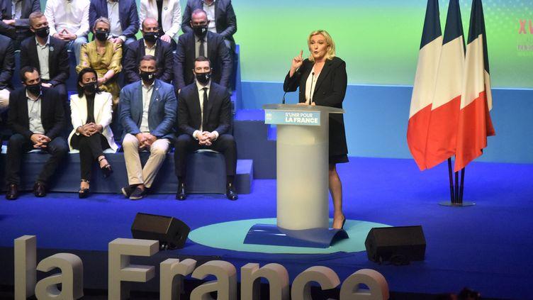 Marine Le Pen lors du discours de clôturedu congrès du Rassemblement national, le 4 juillet 2021. (RAYMOND ROIG / AFP)