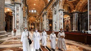 De nombreuses religieuses parmi les visiteurs de retour en la basilique Saint-Pierre, lors de sa réouverture, le 18 mai 2020, au Vatican. (VINCENZO PINTO / AFP)