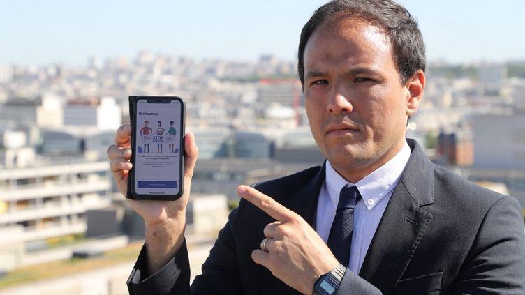 Le secrétaire d'Etat au numérique, Cedric O, présente l'application StopCovid, à Paris, le 29 mai 2020. (LUDOVIC MARIN / AFP)