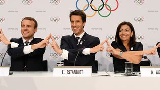 Le président Emmanuel Macron, le co-président de la candidature de Paris aux J.O. 2024 Tony Estanguet, et la maire de Paris Anne Hidalgo, lors d'une conférence de presse à Lausanne, le 11 juillet 2017. (PHILIPPE MILLEREAU / AFP)