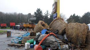 Des agriculteurs ont déversé des détritus devant un supermarché près de Quimper (Finistère), le 2 février 2016. (FRED TANNEAU / AFP)