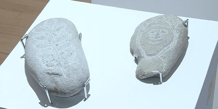 en une dizaine d'années, Jean Pous a gravé 1500 pierres et galets.  (France 3 / Culturebox)