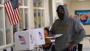 Un électeur dans un bureau de vote à Winchester, dans l'Etat de Virginie (Etats-Unis), mardi 3 novembre 2020, jour de l'élection présidentielle américaine. (ANDREW CABALLERO-REYNOLDS / AFP)