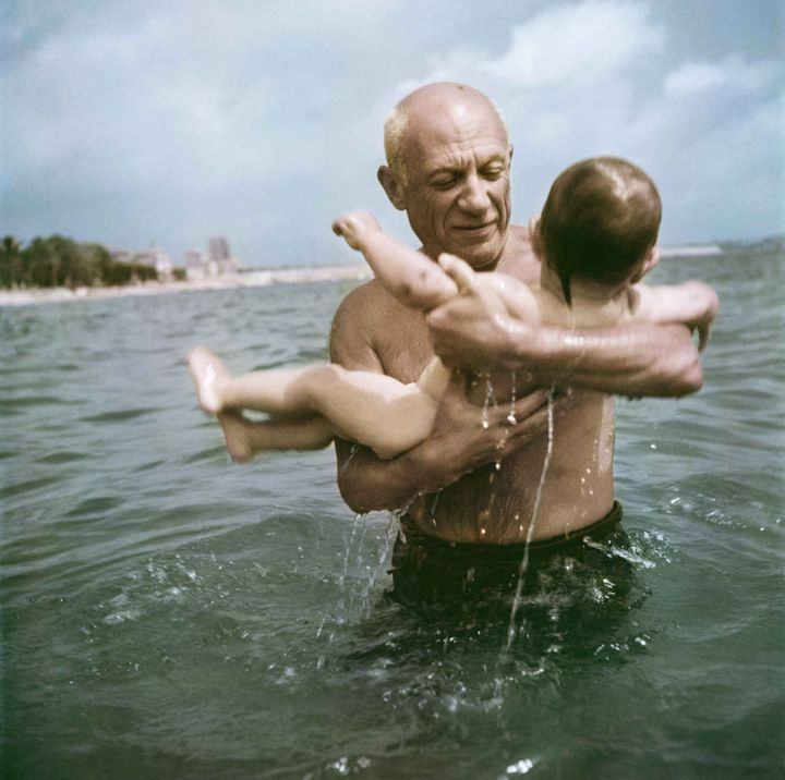 Pablo Picasso jouant avec son fils Claude à Vallauris  ( Robert Capa/International Center of Photography/Magnum Photos)