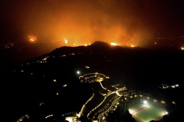 Un incendie se rapproche de l'ancienne Olympie, en Grèce, le 4 août 2021. (EUROKINISSI / AFP)