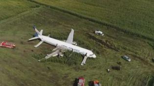 En Russie, un Airbus A321 a dû atterrir en urgence dans un champ de maïs après avoir percuté des oiseaux jeudi 15 août. 74 personnes ont été blessées, dont 19 enfants. (france 3)