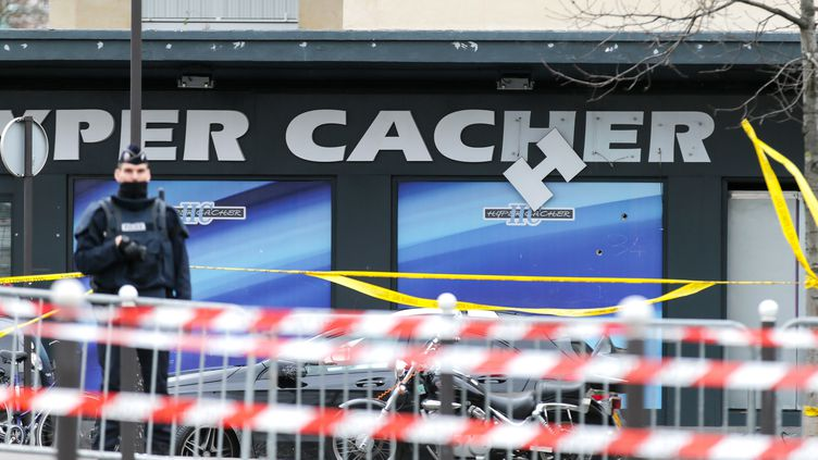 Un policier devant le magasin Hyper Casher à Paris, le 9 janvier 2015. (CITIZENSIDE / AFP)