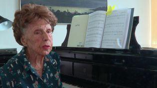 Âgée de 106 ans, Colette Mazé passe quatre heures par jour à jouer du piano. Une passion chevillée au corps depuis son enfance et qui l'a récemment conduite à sortir un cinquième album. (France 2)