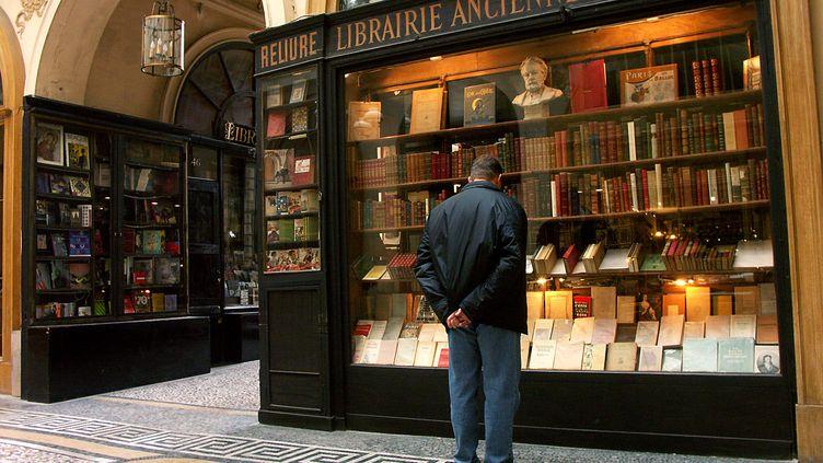 Un homme devant une vitrine de librairie à Paris le 25 mai 2015. (WILFRIED LOUVET / ONLY FRANCE)