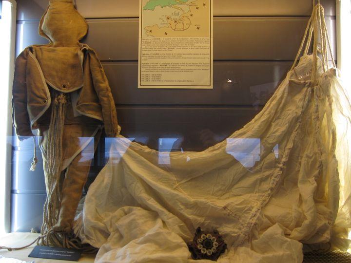 Un mannequin Rupert et sa toile de parachute, photographiés le 27 septembre 2010 au musée du Débarquement d'Arromanches (Calvados). (ASTAKEN / FLICKR)