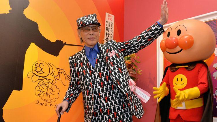 Le dessinateur japonais Takashi Yanase à côté de son personnage, Anpanman (Tokyo, mai 2013)  (Yoshikazu Tsuno / AFP)