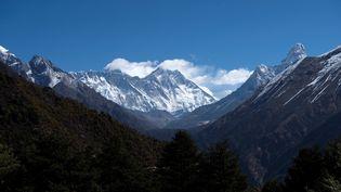 Le mont Everest (au centre), au Népal. (PRAKASH MATHEMA / AFP)