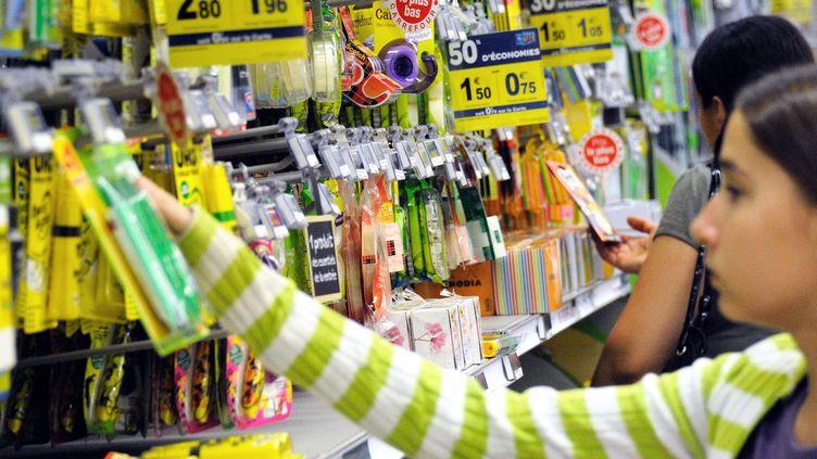 Dans un supermarché à Englos (Nord), lors de l'achat des fournitures scolaires pour la rentrée 2012. (PHILIPPE HUGUEN / AFP)