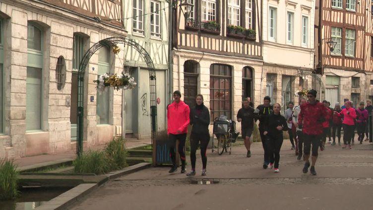 Les habitants de Rouen sont invités à découvrir l'Histoire et les chefs-d'oeuvre de la ville tout en faisant du sport. (S. Gérain / France Télévisons)