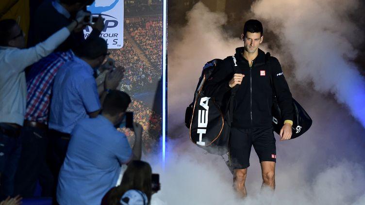 Novak Djokovic rentre dans l'arène (LEON NEAL / AFP)
