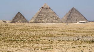 La grande pyramide de Khéops, la pyramide de Khéphren etcelle de Mykérinos photographiées le 1er juillet 2020 à la nécropole de Gizeh, à la périphérie sud-ouest du Caire, la capitale égyptienne. (KHALED DESOUKI / AFP)