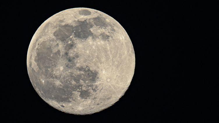 La Lune photographiée depuis Brandebourg (Allemagne), le 26 février 2021. (PATRICK PLEUL / DPA-ZENTRALBILD / AFP)