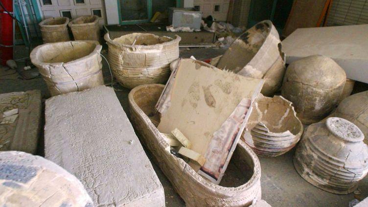 Des jares, poteries et tombeaux laissés en vracaprès le pillage dumusée archéologique de Bagdad en 2003. (RAMZI HAIDAR / AFP)