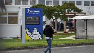 Des employés de l'usine Michelin à La Roche sur Yon (Vendée) le 10 octobre 2019. (LOIC VENANCE / AFP)
