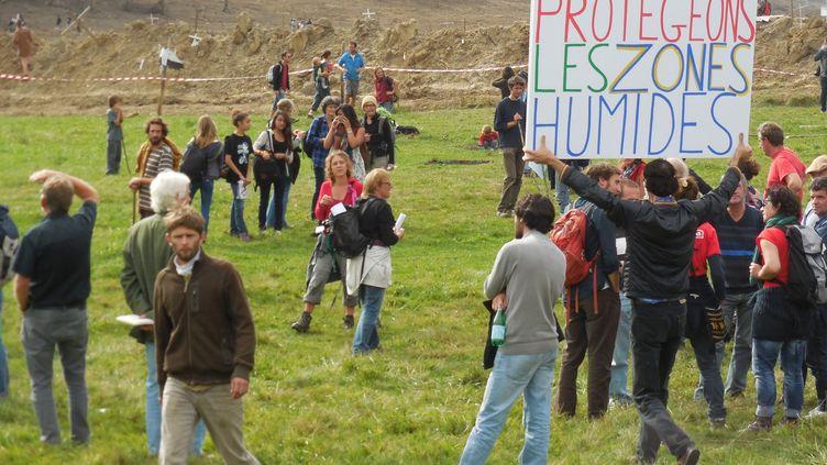 Des opposants au barrage de Sivens (Tarn) manifestent sur le site du chantier, le 25 octobre 2014. (  MAXPPP)