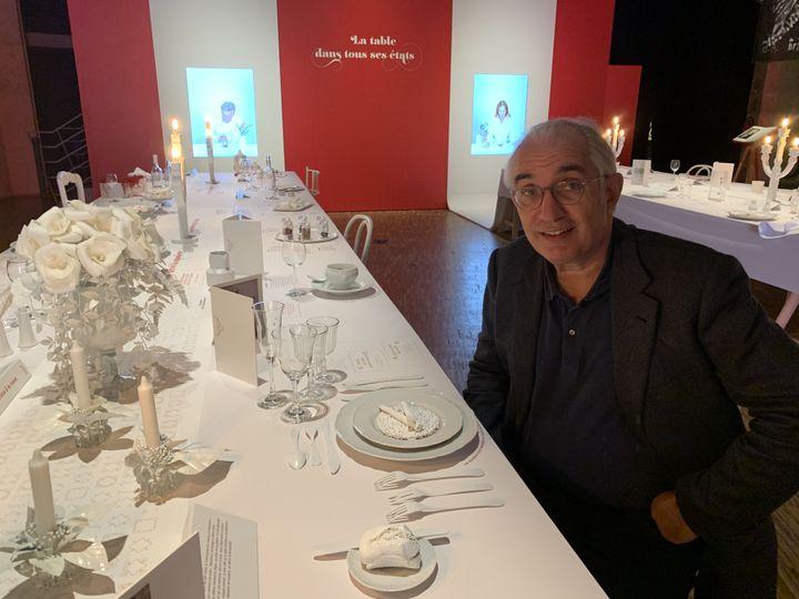 """Alain Kruger, le commissaire de l'exposition """"Tables de Fêtes"""". (RF / BERNARD THOMASSON)"""