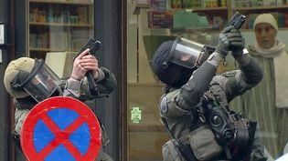Des policiers en poste à Molenbeek (Belgique), lors d'une opération antiterroriste, vendredi 18 mars. (REUTERS)