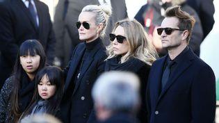 La femme et les enfants de Johnny Hallyday lors de l'arrivée du cortège au pied de l'église de la Madeleine, le 9 décembre 2017 à Paris. (FRANCOIS MORI / AP / SIPA)