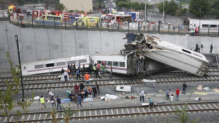 Intervention des secours après le déraillement du train à grande vitesse près de Saint-Jacques-de-Compostelle (Espagne), le 24 juillet 2013. ( MAXPPP)