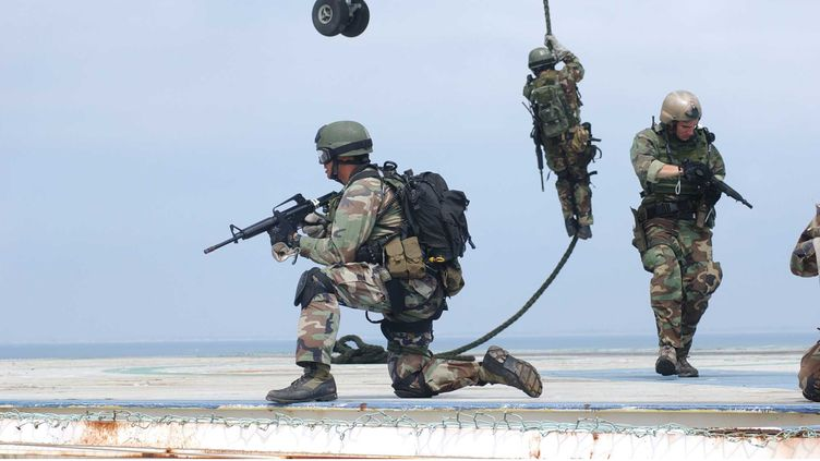Des membres des Navy Seal s'entraînent sur une plateforme pétrolière aux Etats-Unis, en mars 2004. (ERIC S.LOGSDON / US NAVY / SIPA)