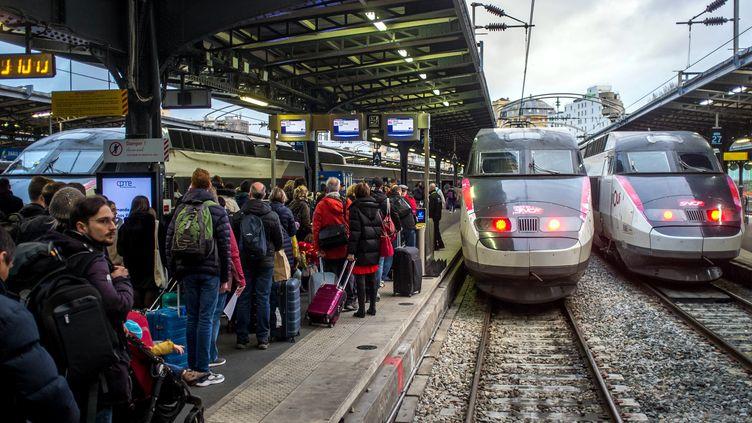 Les passagers d'un TGV embarquent à la gare de l'Est, à Paris, le 23 décembre 2019. (BRUNO LEVESQUE / MAXPPP)