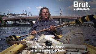 """VIDEO. """"Je le fais pour notre nature"""" : dans son kayak, Mark nettoie la Meuse (BRUT)"""