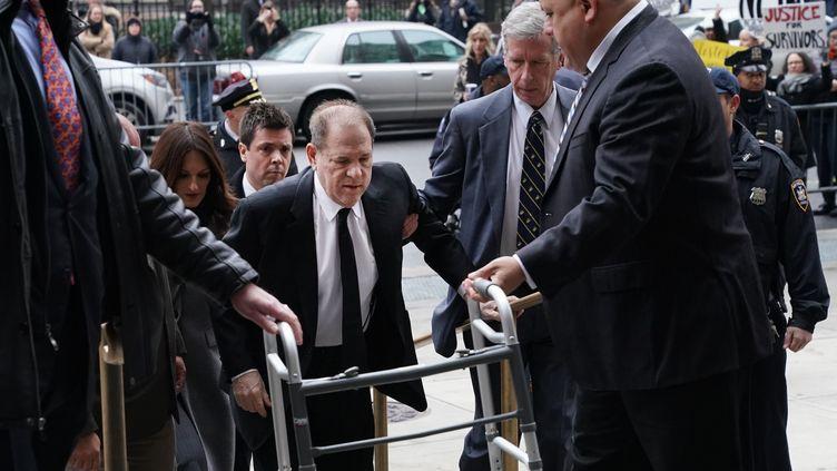 L'ancien producteur de cinéma Harvey Weinstein arrive à son procès pour viols et agressions sexuelles à New York (Etats-Unis), le 6 janvier 2020. (TIMOTHY A. CLARY / AFP)