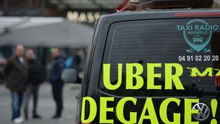 Un taxi manifeste contre les VTC à Marseille (Bouches-du-Rhône), mercredi 27 janvier 2016. (BORIS HORVAT / AFP)