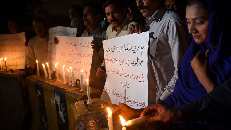 Des chrétiens pakistanais rendent hommage aux 258 personnes tuées lors d'un attentat terroriste à la bombe à Karachi, au Sri Lanka, en2019. (RIZWAN TABASSUM / AFP)