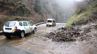 Le mélange entre les fortes pluies et les chutes de neige abondantes a provoqué des avalanches et des coulées de boue qui ont coupé de nombreuses routes, depuis le 26 février 2015 dans les Hautes-Pyrénées. (  MAXPPP)