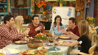 """La série """"Friends"""", produite par Warner Bros, a été diffusée de 1994 à 2004. (WARNER BROS. TELEVISION / ARCHIVES DU 7EME ART / AFP)"""