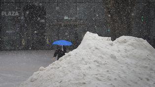 A New York aussi, la neige est tombée dru. D'imposants monticules de poudreuse se sont formés sur le passage des chasse-neige. (DREW ANGERER / GETTY IMAGES NORTH AMERICA / AFP)