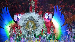 Des danseurs de la parade de samba pendant la clôture de cérémonie des Jeux olympiques de Rio (Brésil), le 21 août 2016. (FELIX KASTLE / DPA / AFP)