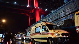 Les ambulances interviennent près du Reina, une discothèque d'Istanbul, en Turquie, après l'attaque du 1er janvier 2017. (YASIN AKGUL / AFP)