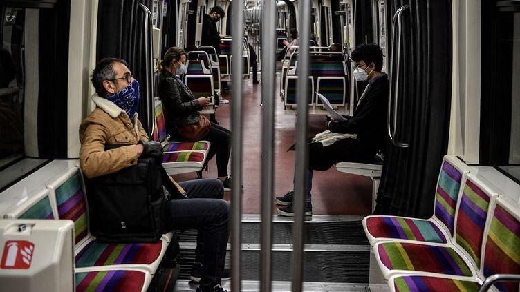 Des passagers d'un métro parisien, le 4 mai 2020. (CHRISTOPHE ARCHAMBAULT / AFP)