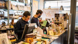 Les employésd'une librairie de Besançon respectent les mesures saniraires alors que l'établissement a rouvert partiellement en proposant la réservation en ligne, le 29 avril 2020. (JEAN-FRANÇOIS FERNANDEZ / FRANCE-BLEU BESANÇON)
