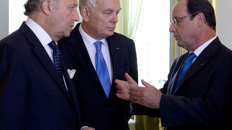 Laurent Fabius (gauche), Jean-Marc Ayrault et François Hollande, le 28 août 2013 à l'Elysée. (KENZO TRIBOUILLARD / AFP)